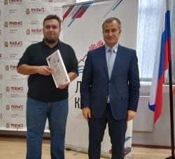 Первый заместитель Главы Республики Карелия Александр Чепик вручает грамоту первой степени Леониду Савельеву