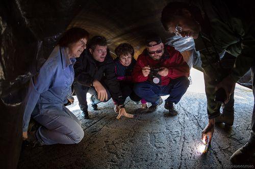 Изучение петроглифов под черной пленкой, 2017 г. Фото И. Георгиевского