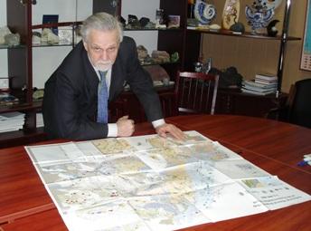 директор Института геологии Владимир Щипцов у карты промышленных минералов (Фото C. Хохлова)