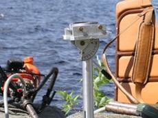 Инструменты для отбора проб для палеомагнитных исследований: мотобур, компас с приспособлением для ориентирования образца, алмазные коронки для бурения. Фото Александра Слабунова