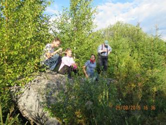 Валун «Бабушкин камень». Справа на фото местный житель - проводник П.В. Коптяев